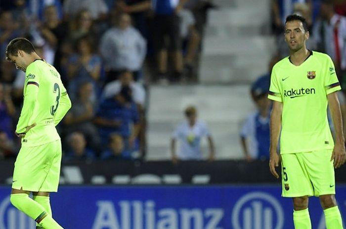 Ekspresi pemain FC Barcelona, Gerard Pique (kiri) dan Sergio Busquets, seusai timnya dibobol Leganes