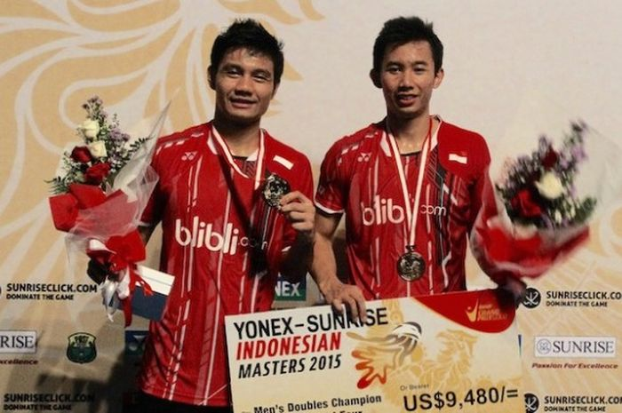 Pasangan ganda putra Indonesia, Berry Angriawan (kiri)/Rian Agung Saputro, berpose dengan medali yang didapat setelah memenangi laga final Indonesian Masters di Graha Cakrawala, Malang, Minggu (6/12/2015).