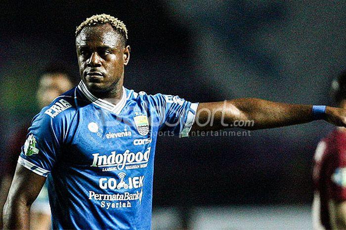 Bek Persib Bandung, Victor Igbonefo, saat tampil melawan PSM Makassar pada pekan kesepuluh Liga 1 2018 di Stadion GBLA, Bandung, Rabu(23/05/18).