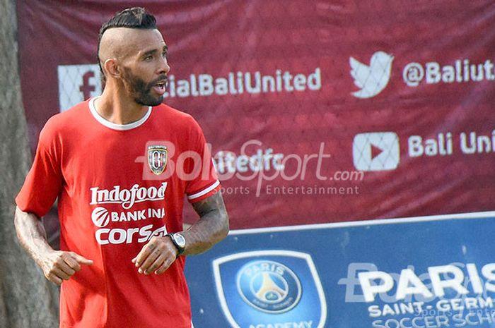 Bek Bali United, Demerson Bruno Costa, saat mengikuti sesi gim internal di Lapangan Trisakti Legian, Sabtu (9/12/2017) pagi.