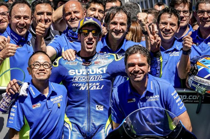 Alex Rins merayakan podium MotoGP Belanda bersama tim Suzuki Ecstar.