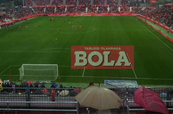 Pasa fans ramai menggunakan payung sepanjang laga La Liga antara Girona vs Rayo Vallecano di Estadi Montilivi, Sabtu (27/10/18).