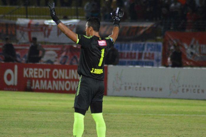 Kiper PSIS Semarang, Joko Ribowo, saat menghadapi Persija Jakarta di Stadion Sultan Agung, Bantul, S