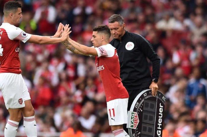 Lucas Torreira masuk menggantikan Granit Xhaka (kiri)  dalam partai Liga inggris antara Arsenal lawa