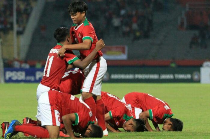 Para pemain timnas U-16 Indonesia merayakan gol ke gawang Filipina dalam laga Grup A Piala AFF U-16 2018 di Stadion Gelora Delta, Sidoarjo, Minggu (29/7/2018).