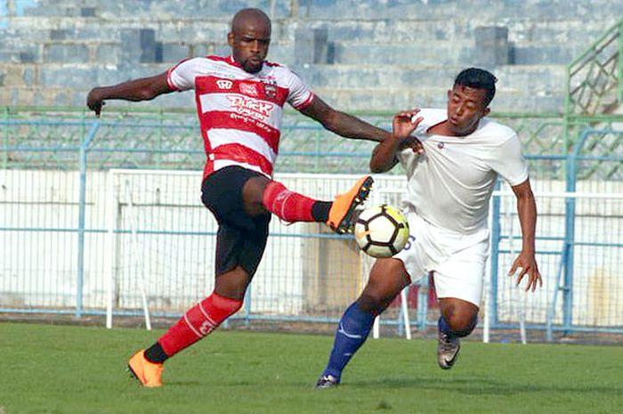 Striker Madura United, Greg Nwokolo, saat melawan Persida Sidoarjo dalam laga uji coba pemanasan di