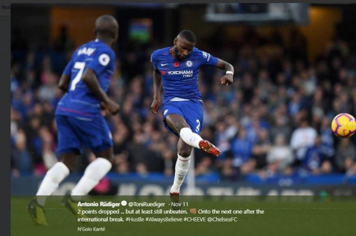 Bek Chelsea, Antonio Ruediger, memberi umpan dalam laga pekan ke-12 Liga Inggris kontra Newcastle Un