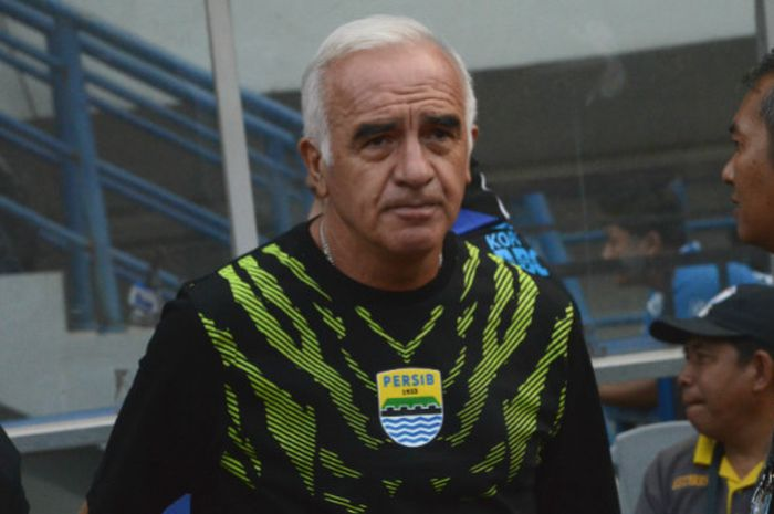 Pelatih Kepala Persib Bandung, Roberto Carlos Mario Gomez saat menghadapi Sriwijaya FC pada pekan ke