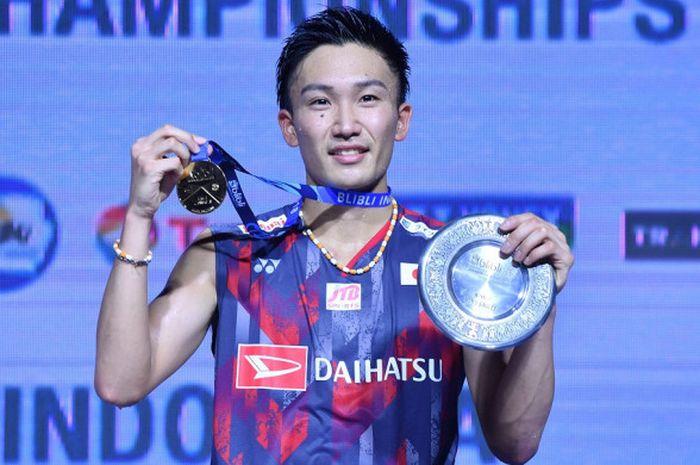 Pebulu tangkis tunggal putra asal Jepang, Kento Momota, berpose di atas podium kampiun dengan medali emas yang dia raih sebagai juara turnamen Blibli Indonesia Open 2018 di Istora Senayan, Jakarta, Minggu (8/7/2018).