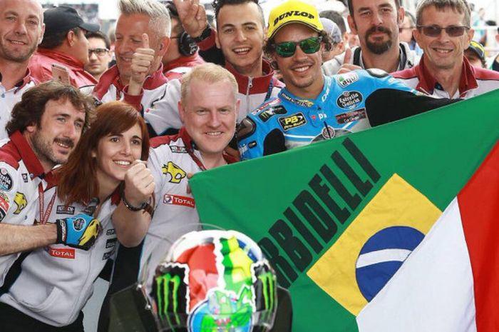 Franco Morbidelli membentangkan kombinasi bendera Brasil dan Italia saat merayakan podium.