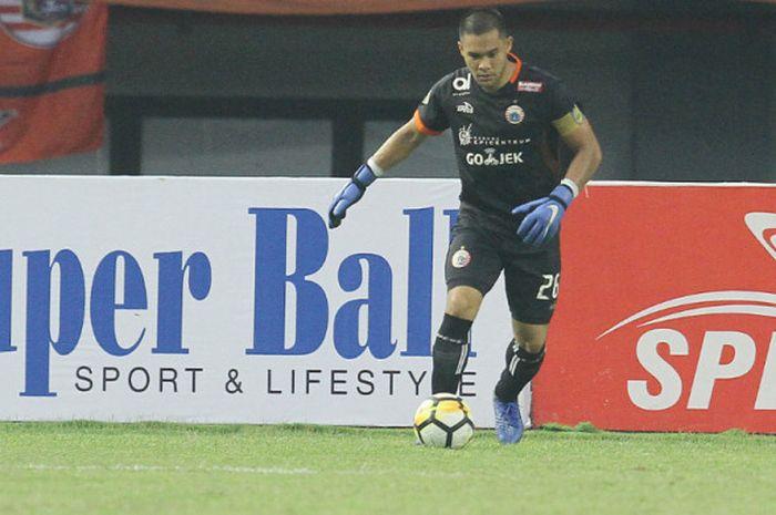 Kiper Persija Jakarta Andritany Ardhiyasa bersiap-siap untuk menendang  bola dalam duel Liga 1 2018