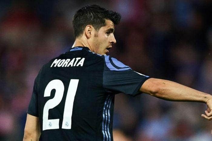 Striker Real Madrid, Alvaro Morata, melakukan selebrasi seusai menjebol gawang Granada dalam laga di Estadio Nuevo Los Carmenes, Sabtu (6/5/2017)