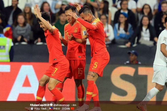 Para pemain timnas China merayakan gol mereka ke gawang Filipina dalam partai Piala Asia 2019 di Mohammed bin Zayed Stadium, Abu Dhabi, 11 Januari 2019.