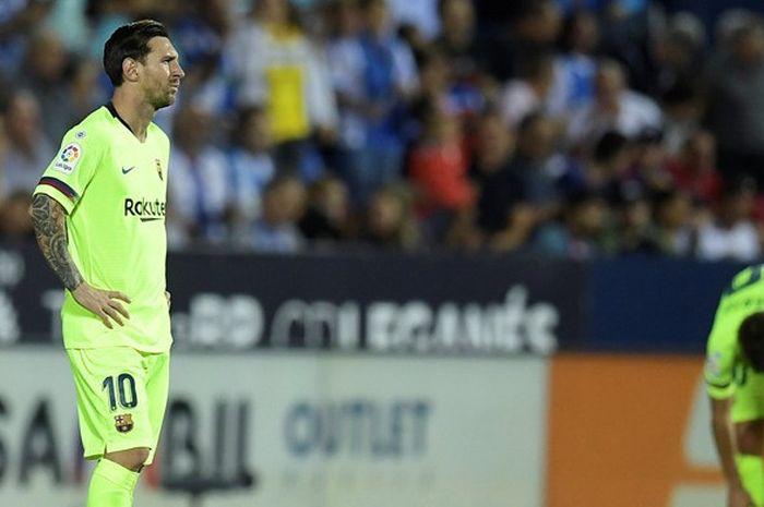 Ekspresi megabintang FC Barcelona, Lionel Messi, seusai timnya dibobol Leganes dalam laga Liga Spanyol di Stadion Municipal de Butarque, Leganes, Spanyol pada 26 September 2018.