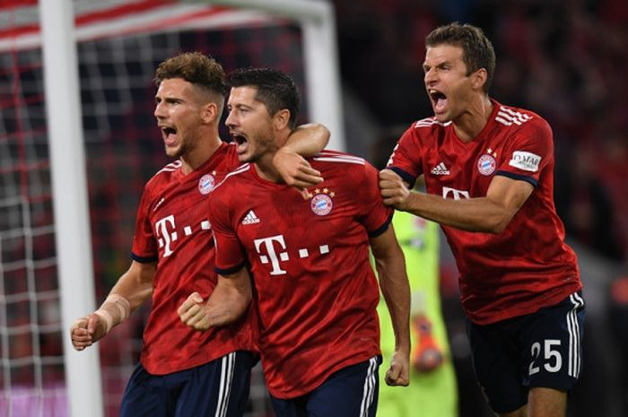 Penyerang Bayern Muenchen, Robert Lewandowski (tengah), merayakan golnya bersama Leon Goretzka (kiri