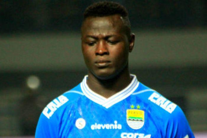 Penyerang Persib asal Chad, Ezechiel N'Douassel sebelum sepak mula laga Persib vs PSIS di Stadion