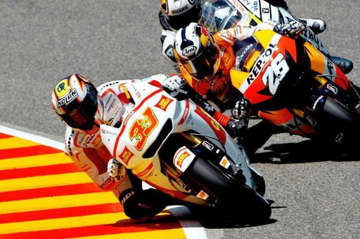 Marco Melandri saat berada di depan Dani Pedrosa.