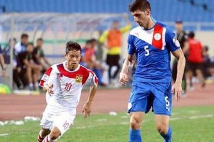Pemain timnas Laos Soukaphone Vongchiengkham saat menghadapi pemain timnas Filipina pada Piala AFF