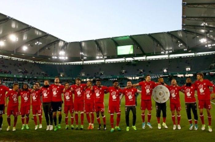 Para pemain Bayern Muenchen melakukan selebrasi setelah dipastikan menjadi juara Bundesliga 2016-2017, usai laga kontra Wolfsburg di Volkswagen Arena pada 29 April 2017.