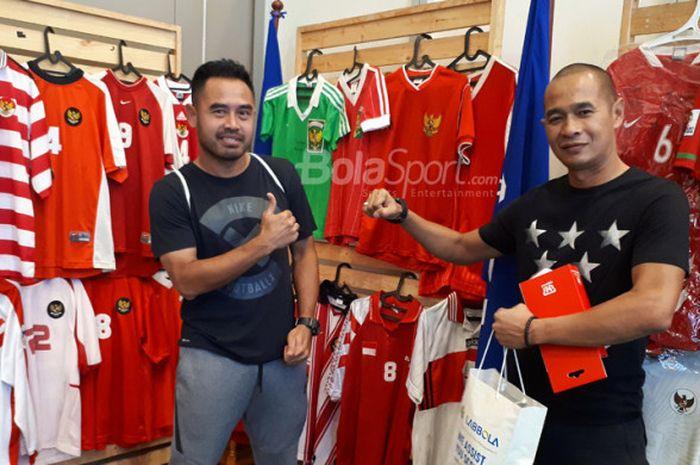 Ponaryo Astaman dan Kurniawan Dwi Yulianto berpose di depan kumpulan jersey timnas Indonesia dari ma