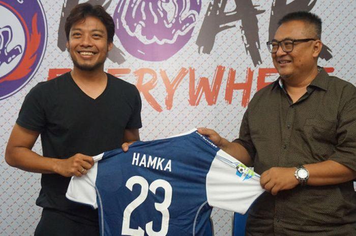 Hamka Hamzah bersama general manager Arema FC Ruddy Widodo saat diperkenalkan di kantor Arema FC pa