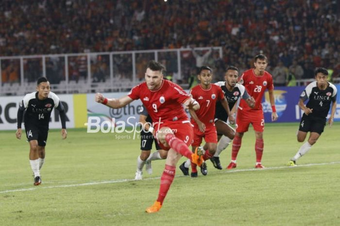 Striker Persija, Marko Simic, mencetak penalti ke gawang Home United pada laga Piala AFC 2018 di Stadion Utama GBK pada Selasa (15/5/2018).