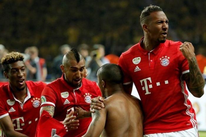 Para pemain Bayern Muenchen merayakan kesuksesan Douglas Costa (kedua dari kanan) menuntaskan eksekusi ke gawang Borussia Dortmund pada babak adu penalti final DFB Pokal di Olympiastadion, Sabtu (21/5/2016).