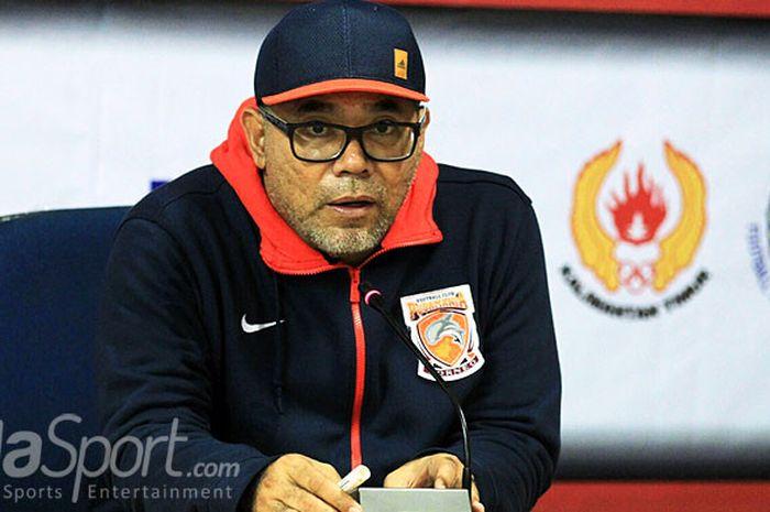 Pelatih Borneo FC, Iwan Setiawan, dalam sesi jumpa pers usai laga melawan Persebaya Surabaya dalam l