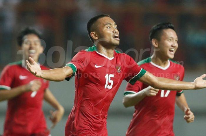 Selebrasi gelandang tim nasional U-19 Indonesia, Saddil Ramdani, seusai membobol gawang Thailand  dalam laga persahabatan di Stadion Wibawa Mukti, Cikarang, Minggu (8/10/2017).