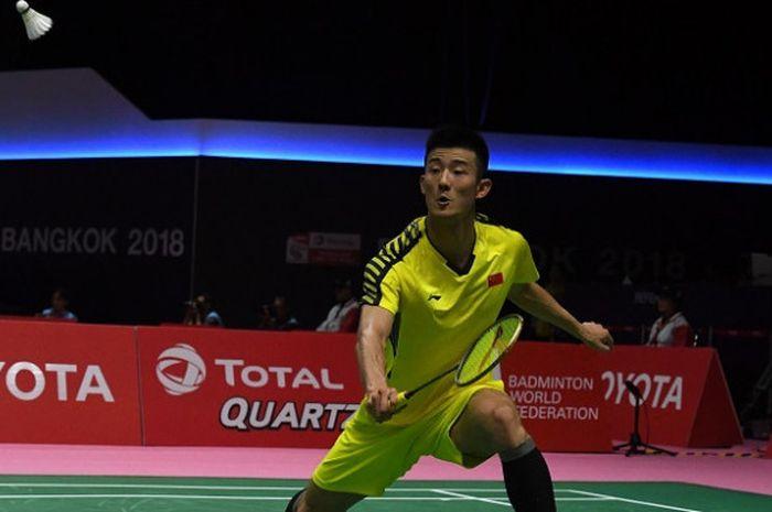 Pebulu tangkis tunggal putra China, Chen Long, mengembalikan kok ke arah Chou Tien Chen (Taiwan) pada laga perempat final Piala Thomas 2018 yang berlangsung di Impact Arena, Bangkok, Thailand, Kamis (24/5/2018).