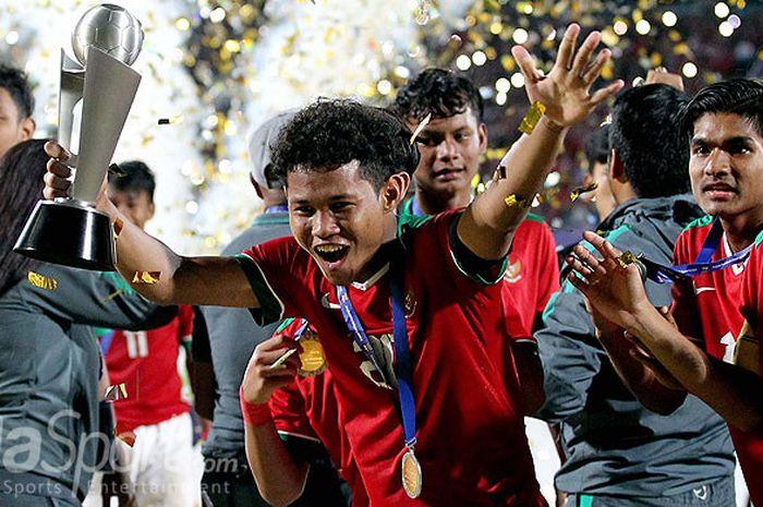 Ekspresi penyerang timnas U-16 Indonesia, Amiruddin Bagus Kahfi, saat merayakan sukses menjadi juara Piala AFF U-16 2018 usai mengalahkan Thailand lewat adu penalti di Stadion Gelora Delta Sidoarjo, Jawa Timur, Sabtu (11/08/2018) malam.