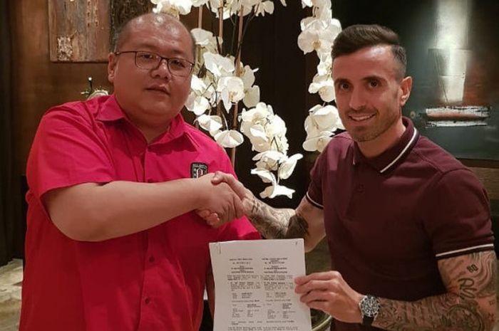 CEO Bali United, Yabes Tanuri, berjabat tangan dengan Paulo Sergio.