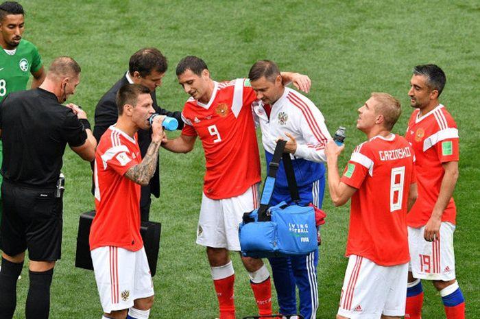 Gelandang Timnas Rusia, Alan Dzagoev (9), meninggalkan lapangan setelah mengalami cedera dalam laga pembukaan Piala Dunia 2018 melawan Arab Saudi, di Luzhniki Stadium, Moskow, 14 Juni 2018.