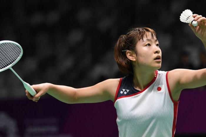 Pebulu tangkis Jepang, Nozomi Okuhara, bersiap melakukan serve pada laga perempat final nomor tunggal putri Asian Games 2018, di Istora Senayan, Jakarta, pada 20 Agustus 2018.