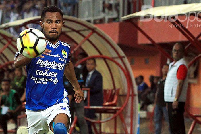 Aksi pemain belakang Persib Bandung, Ardi Idrus, saat tampil melawan Madura United pada laga pekan