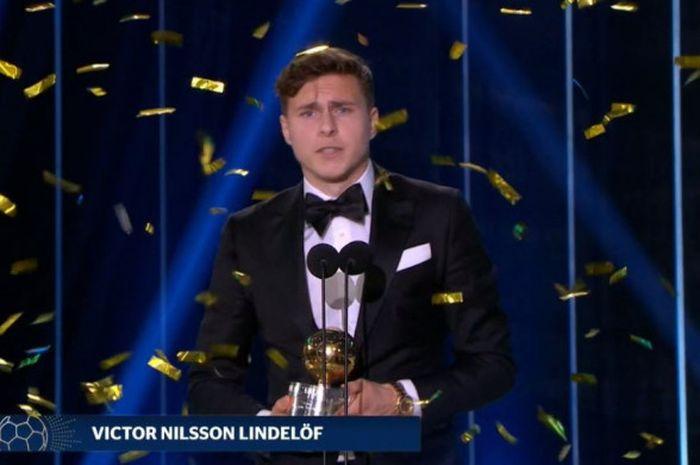 Bek Manchester United, Victor Lindelof, kala menerima penghargaan pemain terbaik Swedia 2018