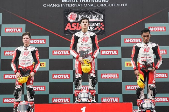 Pebalap AHRT Indonesia, Afridza Munandar (kanan) berpose di podium setelah finis di posisi ketiga pada balapan kedua Asia Talent Cup 2018 di Sirkuit Chang Buriram, Thailand, Minggu (25/3/2018).