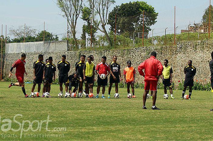 Seluruh pemain dan manajemen Persipura Jayapura berkumpul bersama.