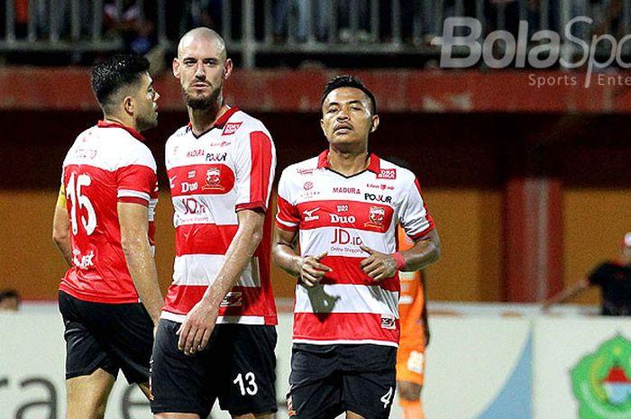 Ekspresi pemain Madura United, Dane Milovanovic (tengah) dan Asep Berlian (kanan) usai ditahan imba