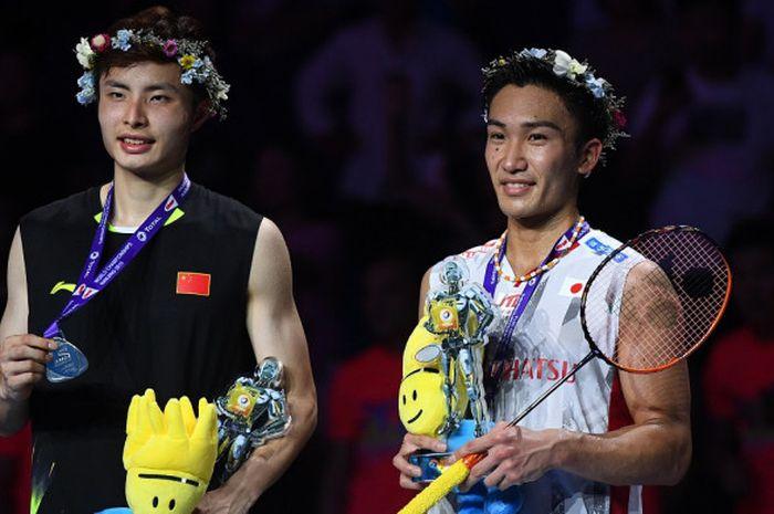 Pebulu tangkis tunggal putra Jepang, Kento Momota (kanan) berpose bersama Shi Yuqi (China) di podium Kejuaraan Dunia 2018. Momota menjadi kampiun setelah mengalahkan Shi dengan skor 21-11, 21-13 di Nanjing Olympic Sports Centre, Nanjing, China, Minggu (5/8/2018).