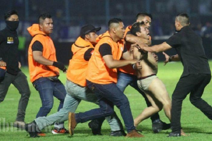 Oknum Aremania hanya mengenakan celana dalam masuk ke lapangan di laga Arema FC melawan Persib Ban