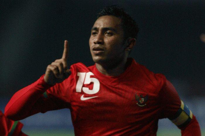 Playmaker Firman Utina saat membela timnas Indonesia di Piala AFF 2010.