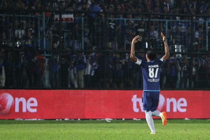 Pemain Arema FC, Ahmad Alfarizie merayakan golnya ke gawang Semen Padang di Stadion Kanjuruhan, Kabu