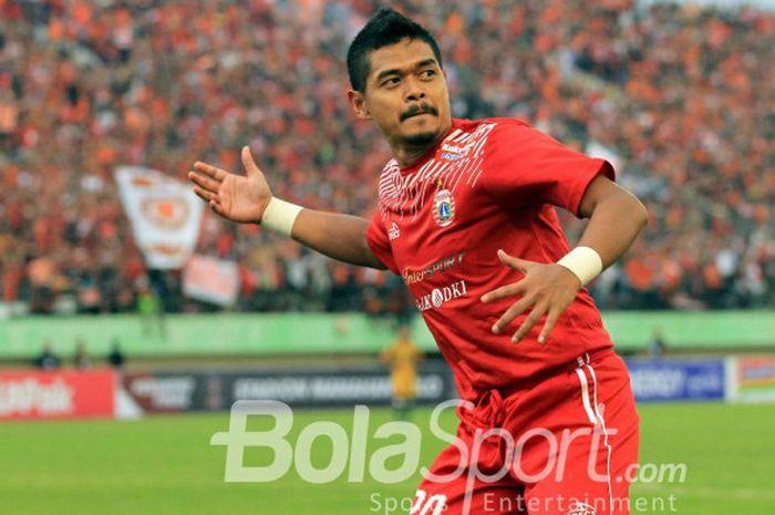 Selebrasi Bambang Pamungkas ketika mencetak gol ketiga untuk Persija Jakarta ketika melawan Mitra Kukar pada babak delapan besar Piala Presiden 2018 di Stadion Manahan, Solo, Minggu (4/2/2018)