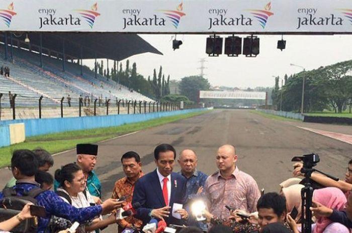 Presiden Republik Indonesia, Joko Widodo, saat dirubungi wartawan usai meninjau kondisi Sirkuit Sentul, Bogor, pada Selasa (6/3/2018().