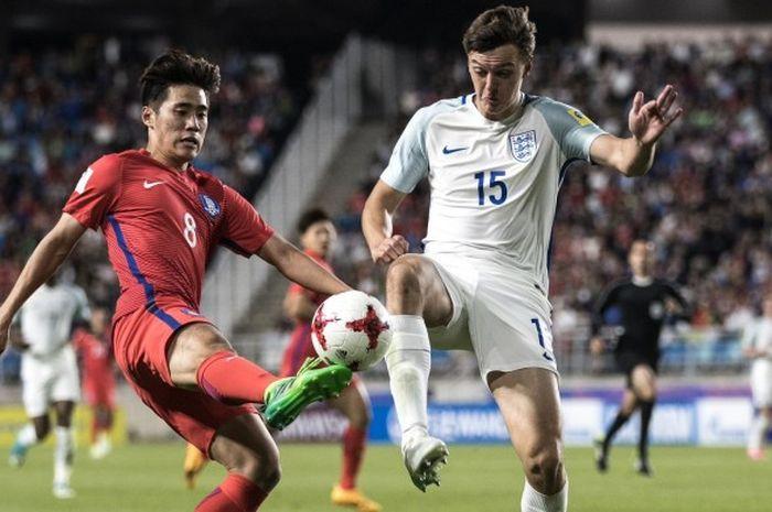 Bek Inggris, Dael Fry (kanan), beraksi dalam duel fase grup lawan Korea Selatan di Suwon World Cup Stadium, Suwon, 26 Mei 2017.