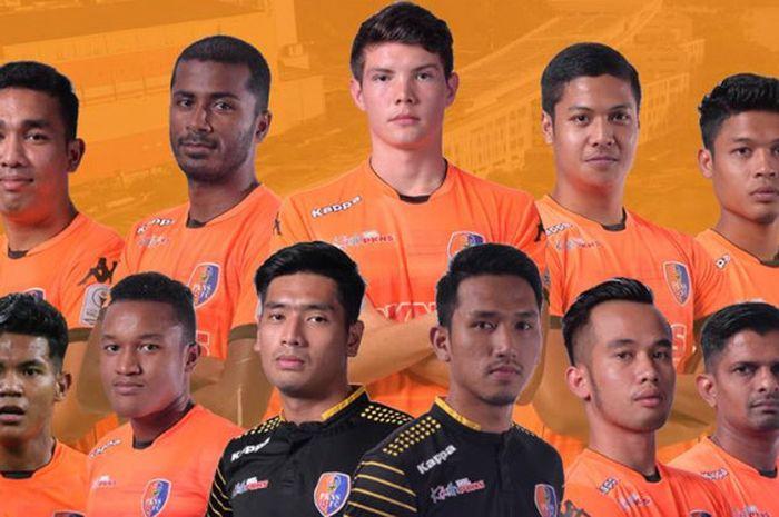 Gelandang serang Romel Ramirez (tengah, belakang) bersama 10 pemain lama PKNS FC yang dipertahankan untuk musim 2019.
