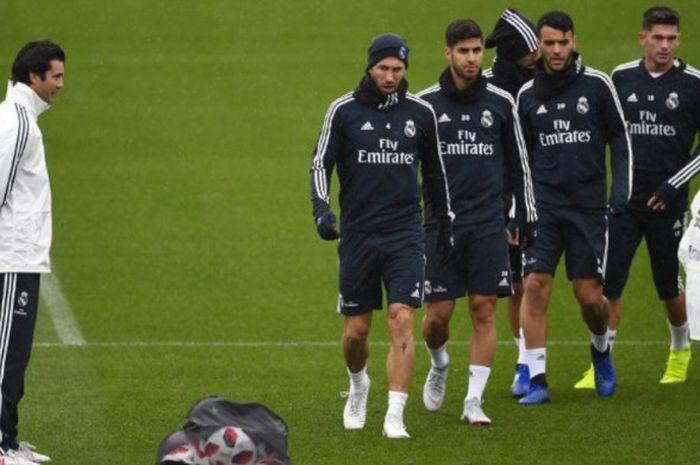 Santiago Solari (kiri) saat memimpin sesi latihan pertama Real Madrid di pusat latihan tim, Valdebebas, Madrid, 30 Oktober 2018. Real Madrid termasuk pentolan konspirasi klub besar Eropa yang akan mendirikan Super League.