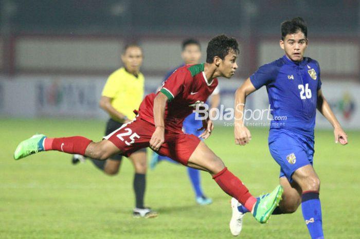 Penyerang timnas U-23 Indonesia, Osvaldo Haay, beraksi dalam laga persahabatan melawan Thailand U-23