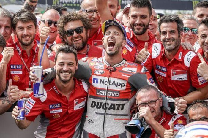 Pebalap Ducati Andrea Dovizioso merangkul kepala krunya, Alberto Giribuola (kiri), setelah memenangi balapan MotoGP Republik Ceska di Sirkuit Brno, Minggu (5/8/2018).